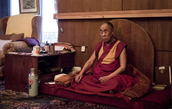 Dalai Lama Meitating